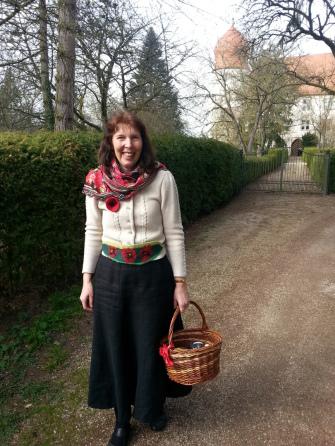 Irene Prell mit Schloss Neuhaus im Hintergund